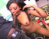 Ebony arrapata succhia un cazzo nero