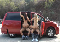 Sesso di gruppo accanto alla macchina