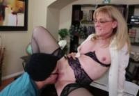Nina Hartley si fa bagnare la figa matura