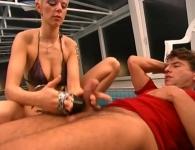 Sesso orale a bordo piscina con una bionda